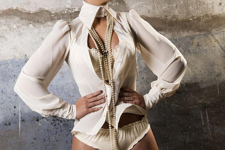Mooie doorzichtige blouse met halskraagje, maar ook zonder te dragen, met bijbehorende slip of string, blouse verkrijgbaar in de kleuren lichtblauw, zwart of creme, bustier creme. Kijk op www.erestu.nl