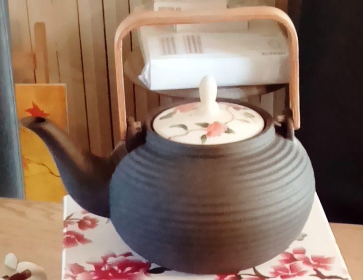 Darcy Teapot : théière en argile noire et en porcelaine peinte à la main avec son panier en acier inoxydable pour préparer des thés de rêve. Imaginé et dessinée par Alisson Appleton.