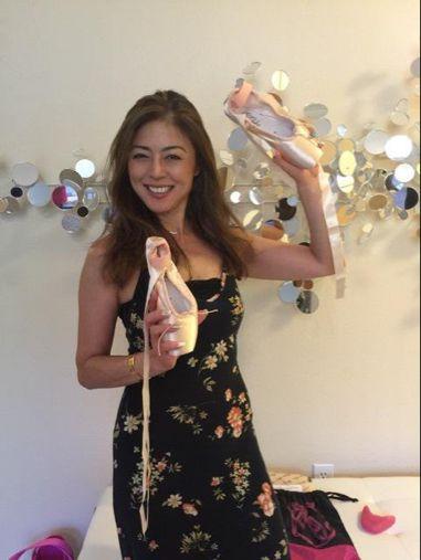 バレエシューズを手に持って楽しそうな武田久美子