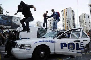 Grappigste foto's van politie: demonstranten slopen politieauto