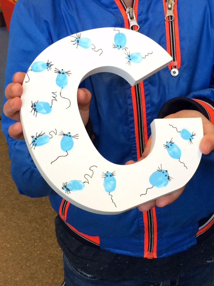 Naamletter voor babybroertje met muisjes: Vingerafdrukjes in lichtblauwe verf, daarna als muisjes afgemaakt met permanente fijne marker.