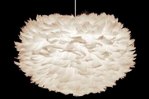Nydelig lampe med hvite fjr montert p en papirkjerne. Lampen er 45 cm i diameter og 30 cm hy. Kommer flatpakket. Max 30 w. Ledning og sokkel flger ikke med , men kan kjpes ved siden av for 60,-.