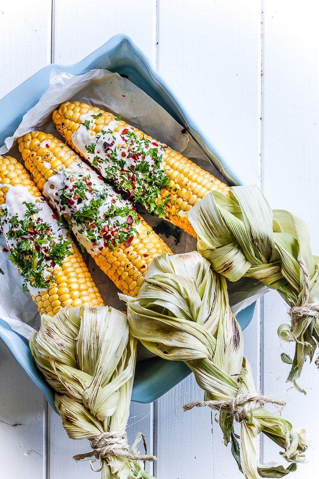 Majs er nemme at lave på grillen og smager skønt som grill tilbehør. Lav majskolberne på mexicansk med masser af krydderier på kun 10 minutter.