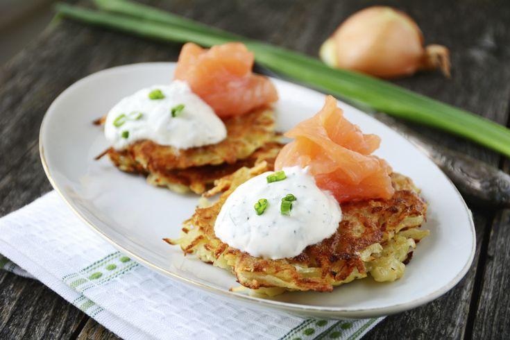 Tijdens het Joodse feest Chanoeka mogen latkes niet ontbreken. Deze aardappelpannenkoekjes hebben veel weg van rösti, maar zijn nét even anders. Heerlijk krokant, tenminste… Vaak gebeurt het dat latkes zacht en zompig worden. Bon Appétit deelde daarom een aantal handige tips om dit te voorkomen. 1. Rasp je aardappels en ui goed fijn Je kunt […]