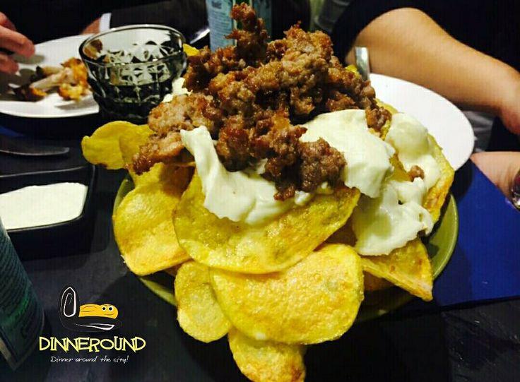 Chips+sightseeing? Giro+patatine? #dinneround #food #food_instalove #foodporn #estimatore_selettivo #love_food #viaje #napoli #chips #sausage #appetizer #excursion #sightseeing #pub #cibo #neapel #escursioni #neapolisparita