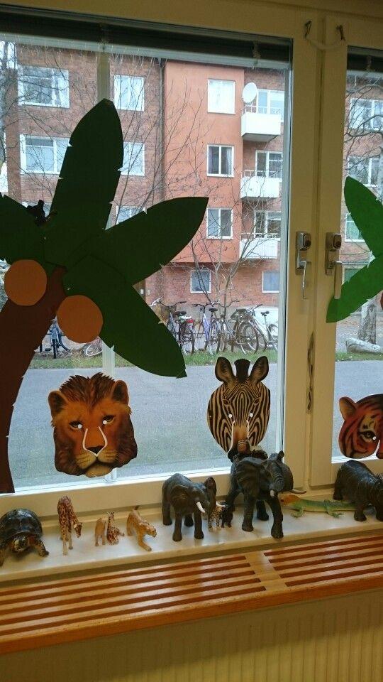 Djungelmiljö i fönstret