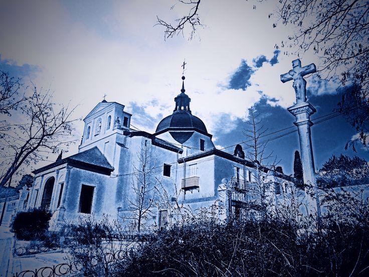 Ermita del Santo. La primera fué construida en 1528 por la Emperatriz Isabel de Portugal para agradecer la curación del futuro rey Felipe II. Hay quienes retrasan su fundacion a 1537, fecha en la que se creo la Cofradía del Santísimo Sacramento y San Isidro.