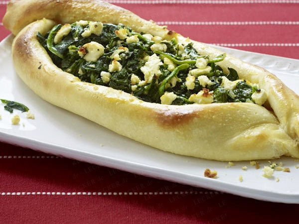 Pide (Hefeteigfladen) mit Spinat und Feta/Pide with spinach and feta