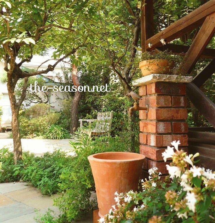 #レンガ で作ったオリジナルの #立水栓 。#お庭 のアクセントにもなる優れもの。#ザシーズン #庭 #緑のある暮らし #グリーンのある暮らし #花 #テラコッタ #ガーデン #ガーデニング #リノベーション #家づくり #garden #gardendesign #photo #plants #green #gardening #庭づくり #植物 #緑 #すてき #おしゃれ #家 #ジャスミン #百日紅