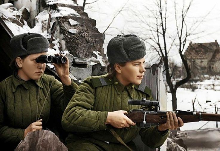 Lányok mesterlövészek - Sergeant RG Shanin őrmester ZM Shmelev ül lesben. 3. Belorusz Front. Photo január 20, 1945