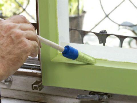 Hier finden Sie eine ausführliche Schritt-für-Schritt Anleitung zum Streichen von Fenstern.Schritt-für-Schritt-Anleitung 1. Gründlich vorreinigen Das Fensterbrett freiräumen und die Abdeckplane auslegen. Glas, Rahmen und Fensterstock gründlich abstauben und putzen, damit später keine Schmutzpartikel in die Farbe gelangen. Die Fenstergriffe mit dem Schraubendreher entfernen, reinigen und beiseitelegen.    2. Schleifen und abkleben Alle Teile … Ein Fenster streichen weiterlesen