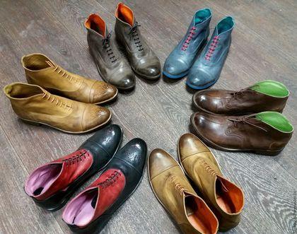 Купить или заказать Мужские оксфорды для настоящих стиляг )) в интернет-магазине на Ярмарке Мастеров. Эта модель ботинок изготавливается из мягкой кожи ручной выделки, приобретающей с течением времени особый вид, что достигается благодаря особой технологии отделки, в процессе которой обувь приобретает повышенную износостойкость и характерный для элитной обуви ручной работы стиль. Эта модель для исключительно творческих натур, не боящихся выразить свою индивидуальность с помощью ярких деталей…