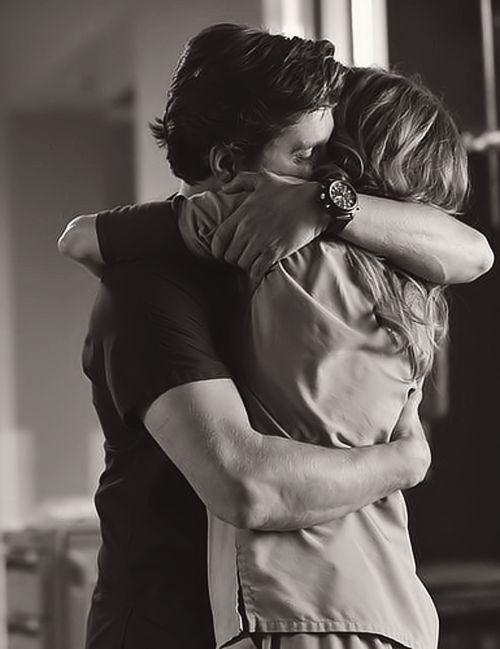 «—¿Qué coño estás haciendo aquí? —le gritó Ana al oído mientras lo abrazaba. Allí estaba Julio, su compañero de correrías en la facultad, su novio postizo, como ella solía llamarlo, cuando yo me refugiaba en brazos de Gonzalo, y ellos quedaban el uno para el otro. Nunca llegué a enterarme del verdadero alcance que había tenido su relación»