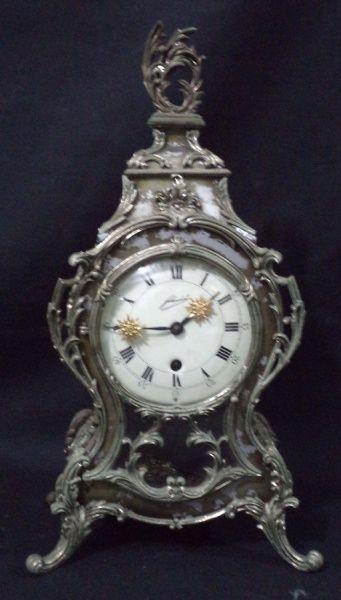 """Relógio alemão para cima de móvel da marca """"Schmid"""". Caixa em resina e metal decorado no est"""