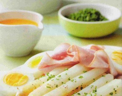 Asperges met ei, ham en botersaus is een lekker recept en bevat de volgende ingrediënten: 1,5 kilo asperges, 4 eieren, 2 ons lekkere gekookte ham zoals beenham of yorkham op kamertemperatuur, 125 gram roomboter, het sap van een citroen, peper en zout, nieuwe aardappelen