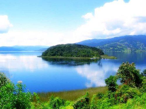 Situada al norte de la Laguna de la Cocha, a 20 km de la zona urbana de Pasto, la isla de la Corota alberga un santuario de flora y fauna protegido.