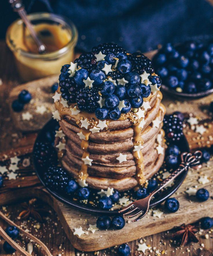Rezept für fluffige weihnachtliche Zimt Pancakes mit veganer Option ohne Ei und ohne Milch – einfach zubereitet und lecker! ;-)