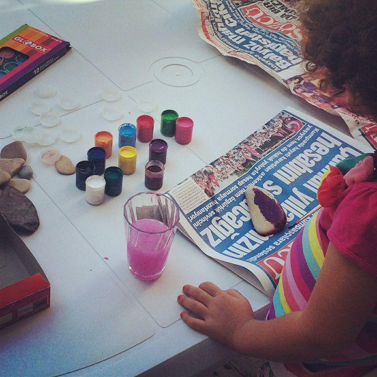 Denizden topladığımız taşları boyuyoruz!!