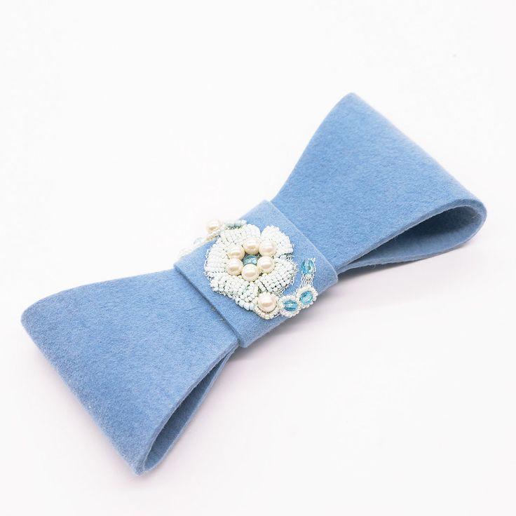 Стоит добавить правильный аксессуар и любое, даже самое простое пальто, шубка, жакет или блузка превращается в стильную вещь! Осталось только решить, в каком цвете выбрать эту брошь-бант ручной работы. ( велюр, вышивка бисером, пайетками, кристаллы Сваровски,  перья фазана и петуха) _____________________________________________________♦️Цена 2900₽ ♦️Шоурум: Никитский бульвар д.11/12 ( по записи)  ♦️Купить можно по экспресс-ссылке в шапке профиля  ♦️сайт www.magiamanus.com.