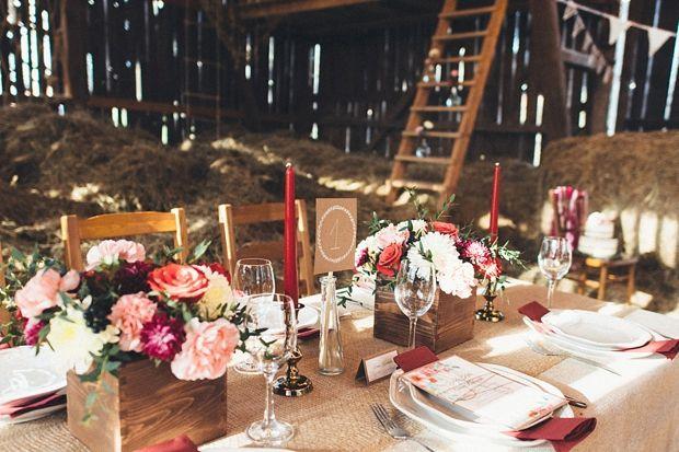 """Rustykalne klimaty to coś co na Sweet Wedding kochamy chyba najbardziej. Podobają nam się także nietypowe miejsca na kameralne przyjęcia weselne. Dziś pokażę Wam ciekawąinspirację stworzoną przez BeMyWife, w której mam nadzieję zakochacie się tak jak ja. Wesele w stodole nie jest już tylko szalonym pomysłem oryginalnej Panny Młodej, ale... <a href=""""http://www.sweetwedding.pl/wesele-w-stodole-rustykalne-dekoracje/"""">Read More →</a>"""