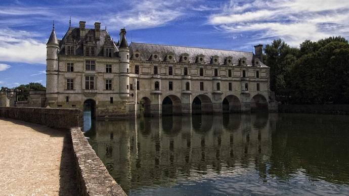 Mucho mas que un puente. El castillo de Chenonceau, formando un puente sobre el Rio Cher, también fue en su tiempo un puente hacia la libertad, ya que marcaba la frontera entre la Francia ocupada por lo nazis y la Francia del gobierno calobaracionista de Vichy. Atravesar la impresionante galería no era sinonimo de libertad, ya que el gobierno de Vichy era aliado de los nazis, pero era un paso importante para poder llegar a la Francia Libre en el exilio.