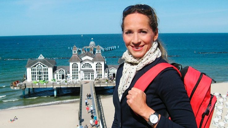 Moderatorin Tamina Kallert, im Hintergrund die Seebrücke von Sellin