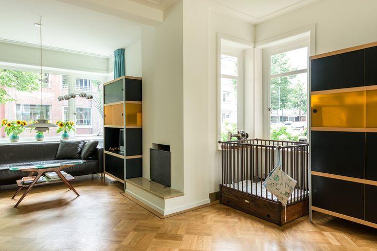 Woonkamer van de verbouwde jaren 39 30 woning met de haard ge ntegreerd in het interieur - Whirlpool van het interieur ...