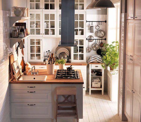 cocina con pennsula y armarios de vitrina ikea