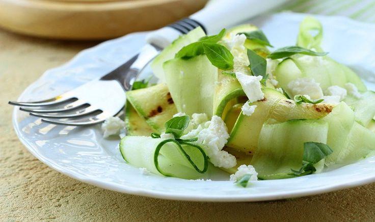 Δροσιστική σαλάτα με κολοκυθάκια, αγγούρι και φέτα