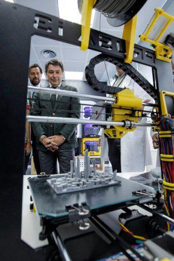 Ignacio González visita bq. Una empresa madrileña puntera en diseño de teléfonos móviles, tabletas e impresoras 3D