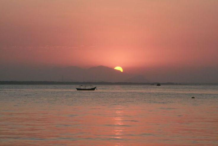 Pôr-do-sol na Ilha do Mel com vista para a cidade de Paranaguá/PR.