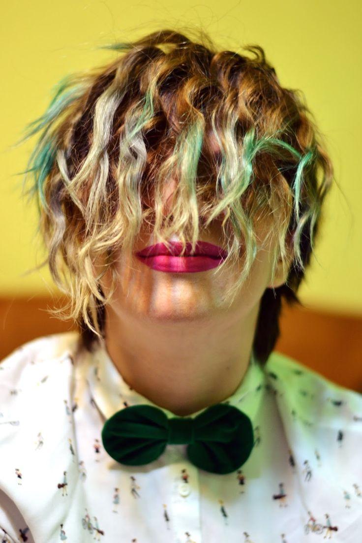 (Poz(n)e de Sabin Barac )    Părul meu a trecut prin o grămadă de experimente: de la toate culorile posibile la mai toate tunsoril...