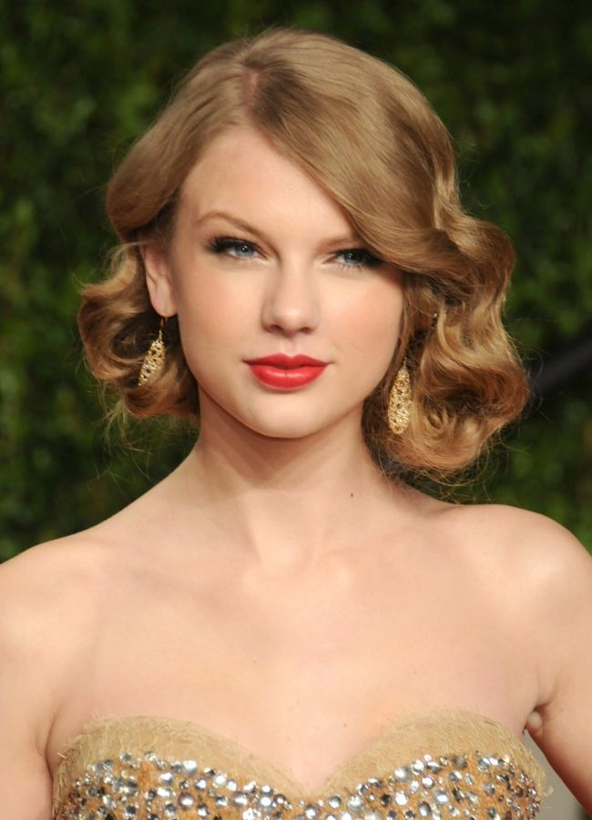 At an event, Taylor Swift wears a 1930s inspired hairstyle with finger waves creating a faux bob look.