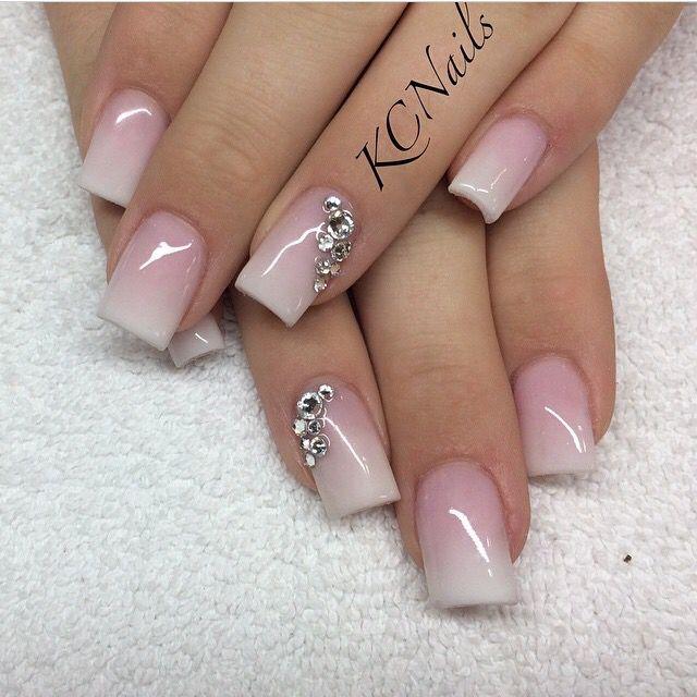 Uñas con degradado en blanco y rosa y brillantes #Manicura #Degradado #Rosa #Blanco #Brillantes