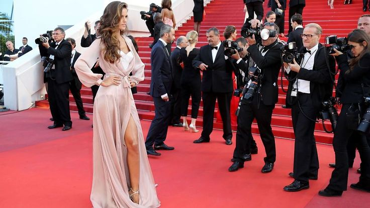 POSERTE VILLIG: Victoria's Secret-engelen Izabel Goulart kastet glans over den røde løperen i Cannes iført en råsexy undertøysaktig kjole. Foto: Afp