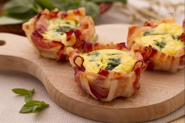 Le frittatine nella pancetta sono degli sfiziosi antipasti monoporzione: piccole frittatine avvolte in fette di pancetta e cotte nel forno.