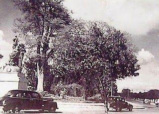 Monumento a Cristóbal Colón, durante su estadía en el Parque Morazán, 1944.  Después de estar en el la Plaza Central o Parque Central de 1882 a 1943, el Monumento a Cristóbal Colón fue trasladado en 1944 al Parque Morazán situado al final de la 6ta Avenida en la zona 2. Este Parque también es conocido como Parque Estrada Cabrera y Plaza Jocotenango.  En la actualidad el monumento se encuentra situado en las Avenida Las Américas desde el año 1960.
