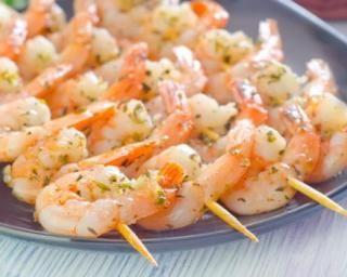 Brochettes de crevettes light pour apéro minute : http://www.fourchette-et-bikini.fr/recettes/recettes-minceur/brochettes-de-crevettes-light-pour-apero-minute.html