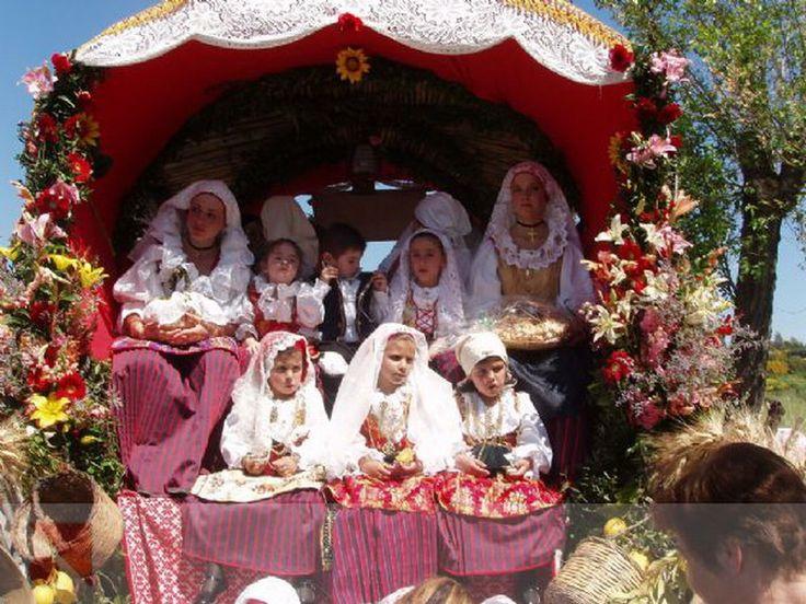 Gruppo di giovani donne con indosso il prezioso costume sardo, durante la processione di Sant'Efisio
