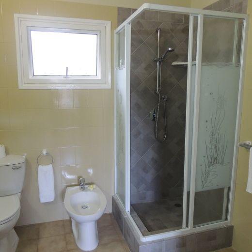 une douche standart avec rideau shabby | Hotel La Roussette - accommodation in Au Cap