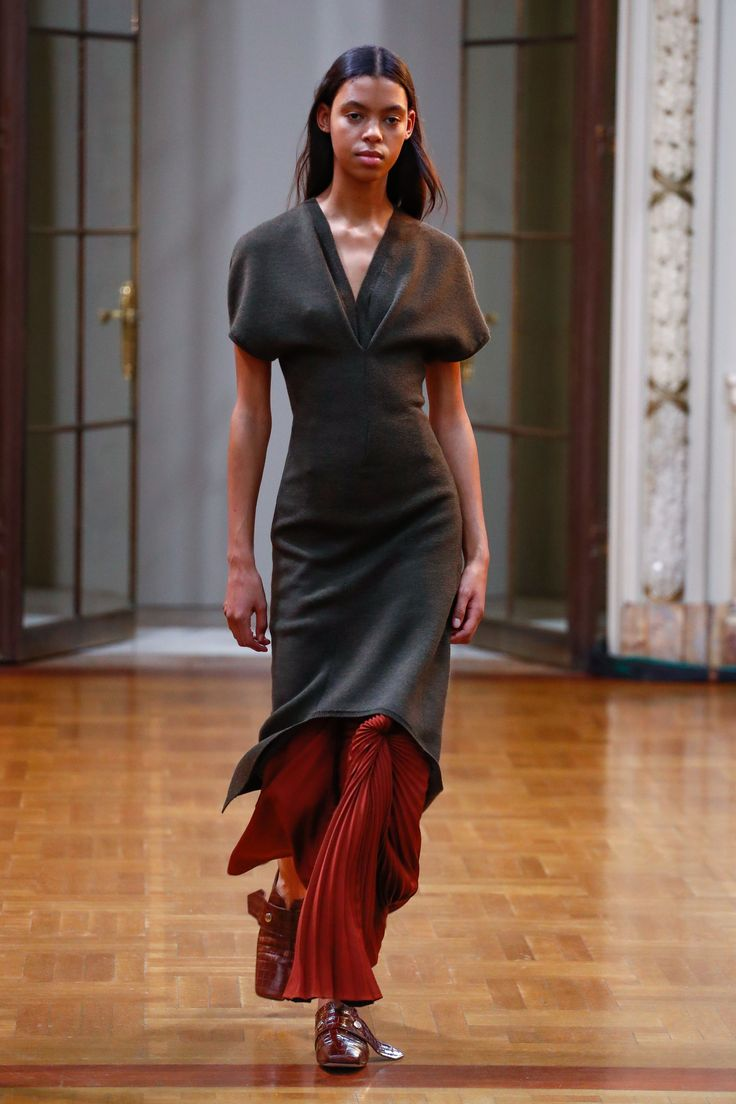 The complete Victoria Beckham Fall 2018 Ready-to-Wear fashion show now on Vogue Runway.