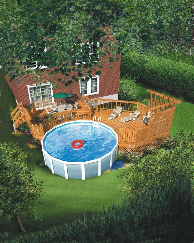 Cette imposante terrasse en bois est aménagée sur deux niveaux : celui qui est situé près de la maison est idéal pour les repas, et le second est tout indiqué pour les bains de soleil. Conçue pour entourer une piscine de 24 pi de diamètre, cette terrasse est rehaussée par une pergola en coin.