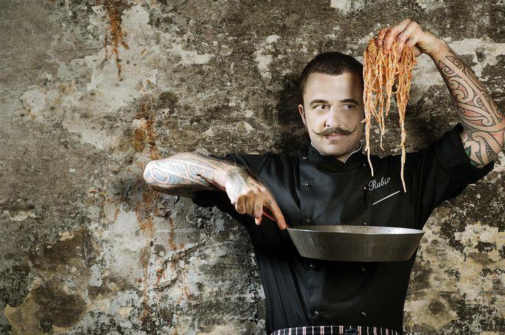 Rubio   De getatoeëerde chef http://www.dolcevia.com/nl/italie-culinair/tips/2683-rubio-de-getatoeeerde-chef
