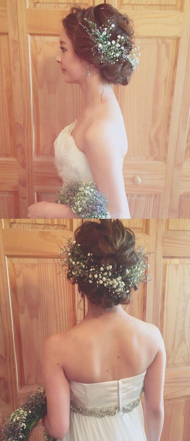 ブーケに合わせてコーディネートした生花のヘッドアクセサリーをセット。トップにつくった三つ編みの下に生花をぐるりとあしらうことで、360度どこから見ても美しい花嫁ヘアに。