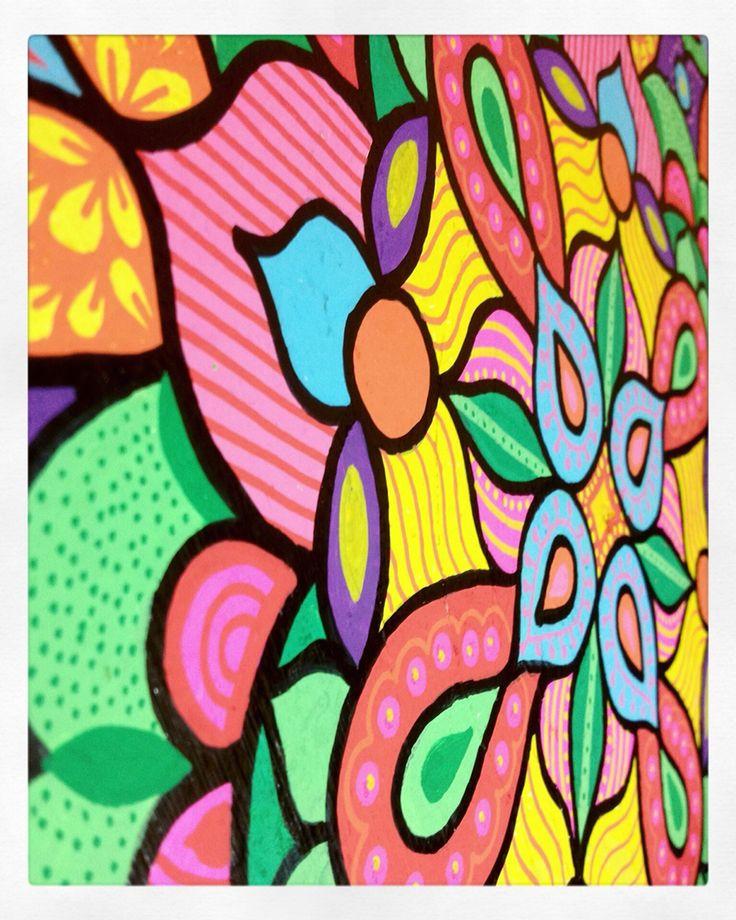 Mandala, pintura acrílica sobre madera. Colores fuertes.