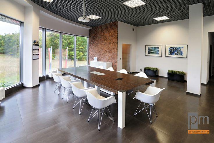 Typowy stół WERO ubrany w kolory pasujące do wnętrza z uzupełnieniem w postaci foteli,  wszystkie elementy są typowe poprzez to w zwykłych cenach ale efekt inspirujący.  http://www.projektmebel.pl/oferta/stoly-konferencyjne