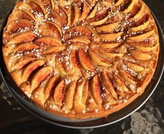 Äppelkaka med mandelmassa och kanel