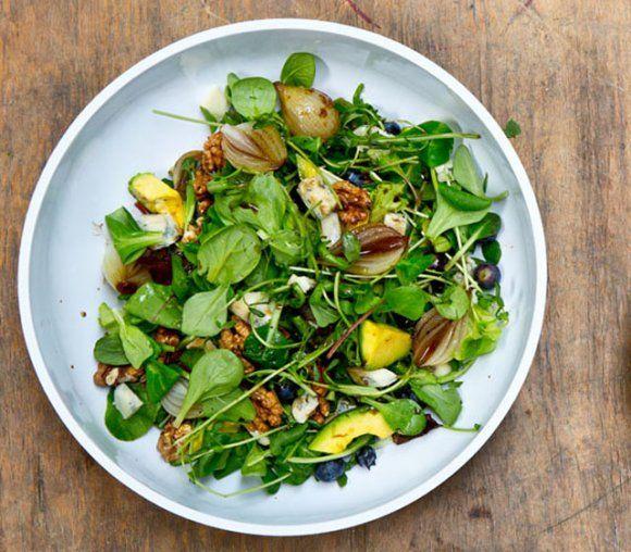 Sallad med blåbär, gorgonzola och valnötter | Recept.se