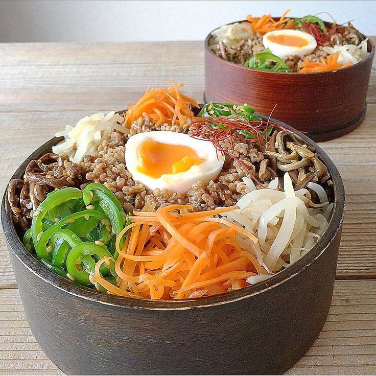 """1,741 Likes, 1 Comments - Yuka (@yukazou1974) on Instagram: """"・ おはようございます(*^^*) ・ 7月3日、旦那さんと私のお弁当 『ビビンバ弁当』 ・ ご飯をうすく盛って、ギューと絞ったもやしのナムルを敷き詰める。 (カロリーの気になるお年頃w)…"""""""