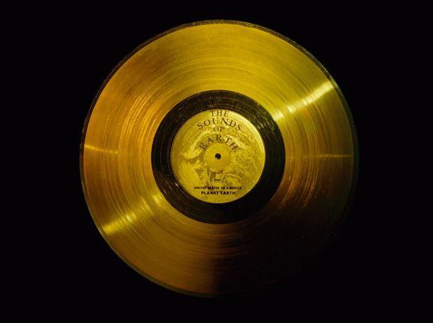 Nasa'nın 1977 yılında gönderdiği Voyager 1 uzay aracına yerleştirilen Altın Plak'taki kayıtları Soundcloud'dan yayınlandı.  1972'de gönderilen Pioneer 10 ve 1973'te gönderilen Pioneer 11 uzay araçlarında alüminyum plakalar üzerine kadın ve erkek figürleri ve uzay araçlarının nereden geldiğini anlatan bilgiler işlenmişti. 1977'de gönderilen Voyager 1 için ise daha detaylı bilgiler içeren kayıtlar hazırlandı.